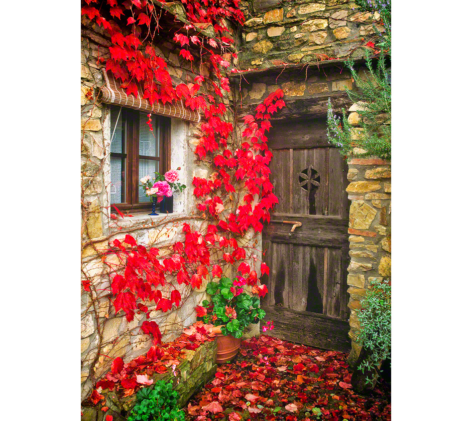 chianti-tuscany-italy-fall-leaves-door
