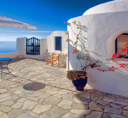 oia-santorini-house-view-courtyard
