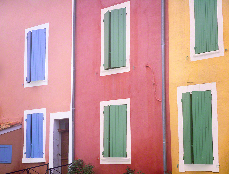 provence-rousillon-colorful-houses-france