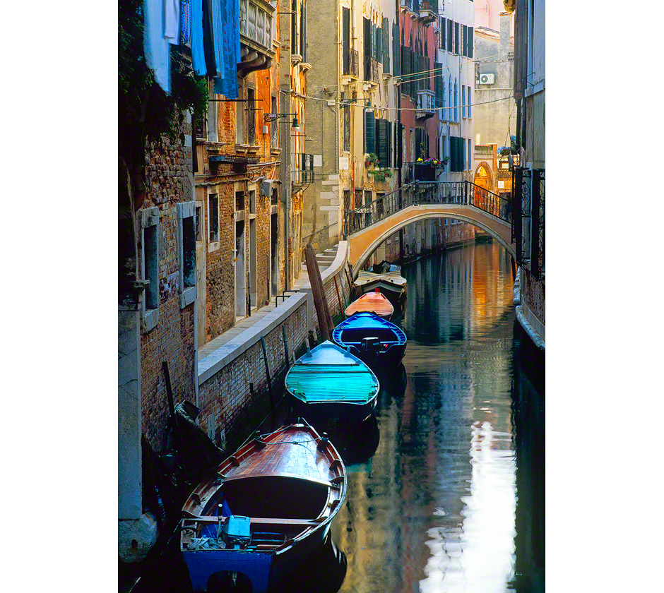 venice-canal-bridge-boats-italy